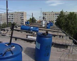 Бочки с эмульсией битумной для гидроизоляции на крыше